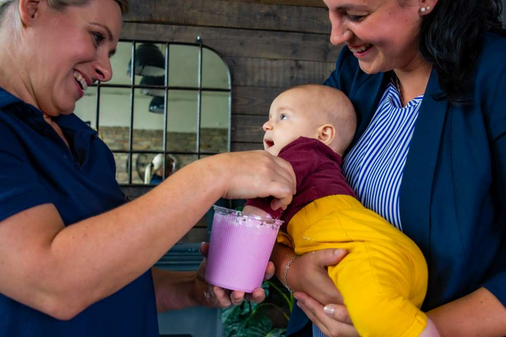 A babáknak is új élmény a kézlenyomat készítés folyamata.